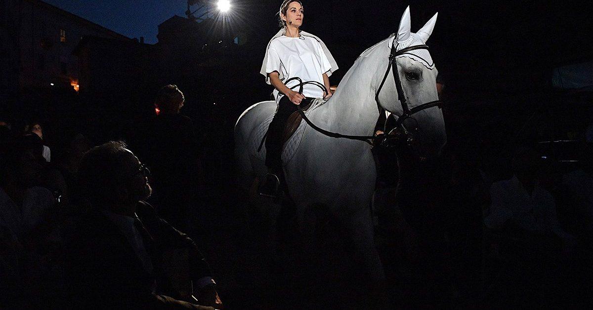 15/07/2018 61 Festival dei 2 Mondi di Spoleto. Piazza Duomo. Spettacolo di chiusura con Jeanne D'Arc Au Bucher - Giovanna D'Arco al Rogo, nella foto Marion Cotillard mentre scende a cavallo